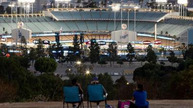 Algunas familias pudieron ver el juego en las afueras del Dodger Stadium.