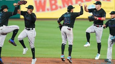 La celebración de los Marlins de Miami tras vencer a los Filis de Filadelfia en el comienzo de la temporada.