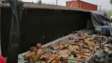 Camión transportador de leche se volcó y fue saqueado en Antioquia