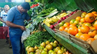 Un comprador escoge un producto en Granabastos.