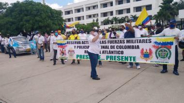 Protesta de pensionados de la Policía por atención en salud