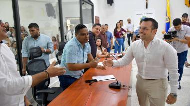 Jesús María Acevedo saluda a varios integrantes del Concejo de Barranquilla tras su designación como contralor distrital.