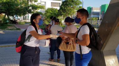 Usuarios de Transmetro reciben donación de tapabocas