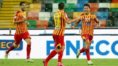 Gianluca Lapadula (derecha) celebrando el gol de la victoria del Lecce.