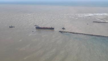 Buques remolcadores rodean a la motonave Nordic Wolverine encallada en el sector de Bocas de Ceniza.