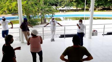 El director Administrativo de Apoyo Logístico, Didier Torres, habla con varios voceros de los libreros del Parque Centenario.
