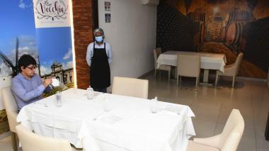 Las mesas donde estarían los clientes han sido demarcadas, en cumplimiento de los protocolos.