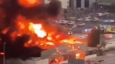 En video | Fuerte incendio consume un mercado en Emiratos Árabes