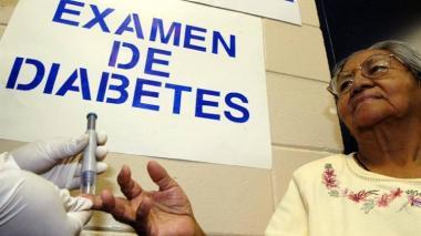 Una mujer de la tercera edad mientras se realiza un control para verificar los niveles de glucosa en su sangre.