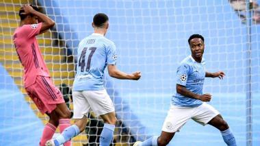 Varane se agarra la cabeza y lamenta el descuido que costó el primer gol del City. Sterling lo anotó.