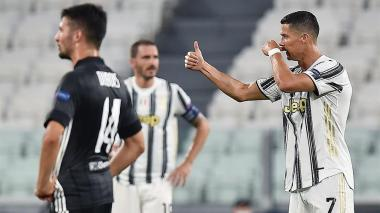 Bonucci (en segundo plano) y Cristiano Ronaldo durante el juego que Juventus perdió ante Lyon.