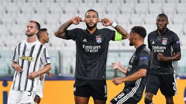 Dapay celebra su gol de penalti, mientras Pjanic se lamenta.