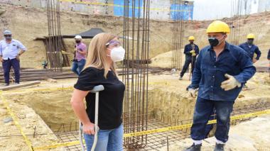La gobernadora dialoga con un trabajador sobre el avance de las obras de construcción.