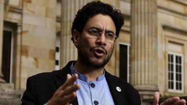 """Petición de defensa de Uribe """"es mentirosa y tramposa"""", dice senador Cepeda"""