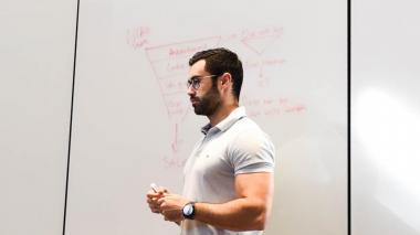 Augusto Vidales durante una charla.