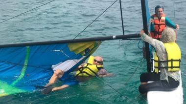 Las tres personas minutos antes de ser rescatadas en aguas de San Andrés.