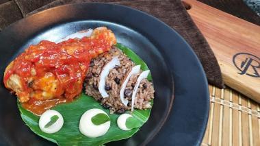 En video   Arroz de frijol en salsa de coco con pollo agridulce