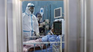 Paciente tratado por COVID-19 en una habitación de hospital.