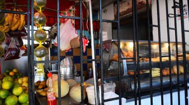 Hombre le escupió a una mujer por no venderle un frito por 300 pesos