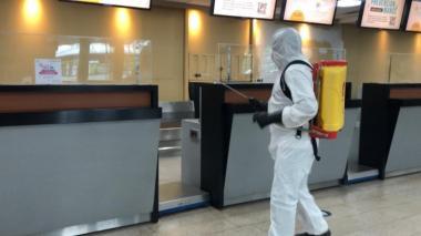 Jornada de desinfección en el aeropuerto Rafael Núñez de Cartagena.