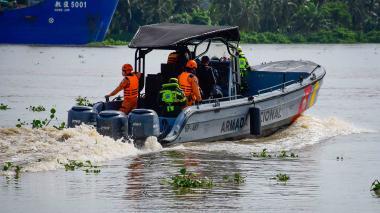 Personal de los equipos de socorro en la búsqueda del cuerpo del adolescente que hace 11 días cayó al río.