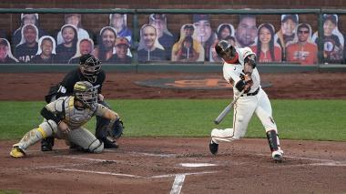 Dónovan Solano suele pegarle a la bola con el llamado 'barril' del bate.