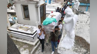 El cementerio donde mexicanos entierran a sus muertos con sus propias manos