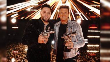 Sammy Colón al lado de su entrenador Carlos Vivies. Team Ganador de la segunda temporada de La Voz US.