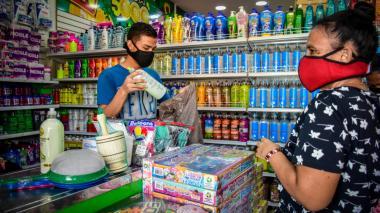Compradores en un establecimiento comercial en el Centro de Barranquilla.