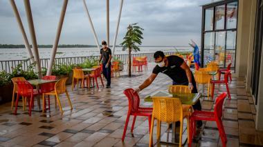 Dos operarios ultiman detalles en el mercado gastrónomico Caimán del Río.