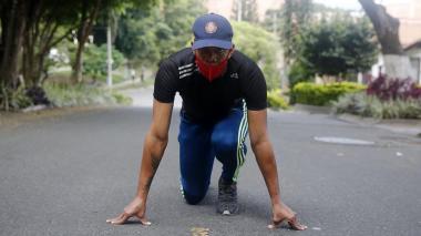 El atleta colombiano Bernardo Baloyes entrena en una calle el 7 de agosto de 2020 en Medellín.