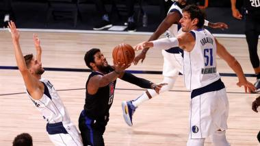 Paul George, de los Clippers, intenta eludir el bloqueo de Boban Marjanovic.