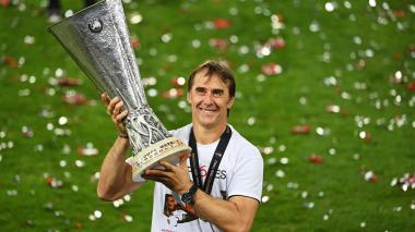 Julen Lopetegui levantando el título de Europa League.