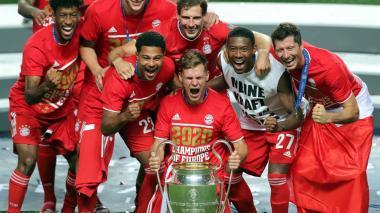 Joshua Kimmich carga el trofeo de Champions League junto a sus compañeros.