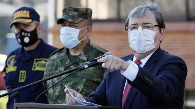 El mindefensa Carlos H. Trujillo acompañado de altos mandos militares y de policía en la Escuela Superior de Guerra.