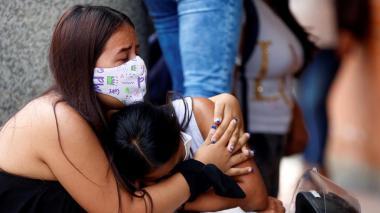 Familiares de una de las personas asesinadas en la masacre de El Tambo, Cauca, lloran a las afueras del Instituto de Medicina Legal.