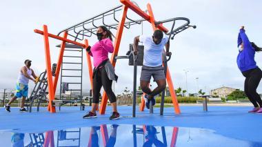 Un grupo de personas realizan actividad física en el gimnasio biosaludable del Malecón del Río.