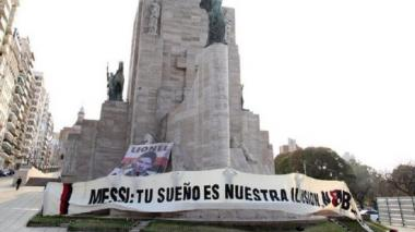Los hinchas del club rosarino pusieron una bandera con el rostro del ídolo de la ciudad.