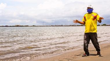 Un trabajador de las playas de Puerto Velero en el municipio de Tubará.