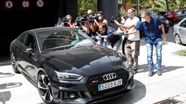 Jorge Messi saliendo en su auto de la fundación de su hijo.