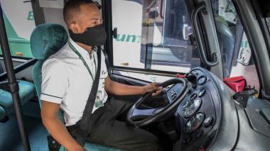 El conductor Deimer Zambrano en medio de su jornada de trabajo.