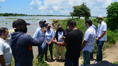 El alcalde de Magangué, Carlos Cabrales, con el equipo del Fondo Adaptación y representantes del consorcio que ejecutará la obra.