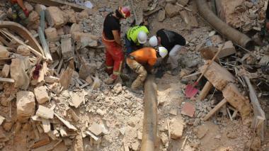 """Rescatistas descartan """"señal de vida"""" bajo escombros en Beirut"""