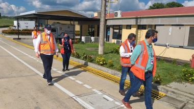 Equipo de la Aerocivil inspeccionando un terminal.