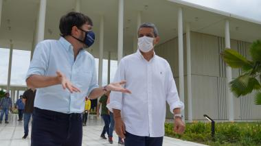 Fernando Jaramillo, presidente de la Dimayor, junto con el alcalde de Barranquilla, Jaime Pumarejo.