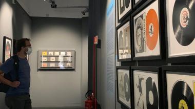 Un visitante recorre la exposición inaugurada esta semana en Roma, Italia.