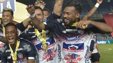 'Cariaco' González celebra emocionado el título de la Superliga con sus compañeros.