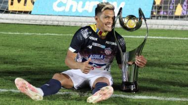 Teófilo posa feliz en el Pascual Guerrero con el trofeo de campeón de la Superliga.