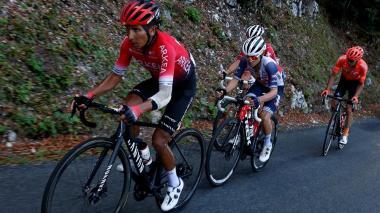 Nairo Quintana lucha contra los golpes por las caídas en el Tour.