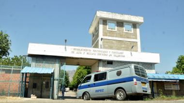 Aíslan en sus celdas a reclusos de La Tramacúa por brote de Covid-19